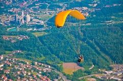 Paragliding acima da cidade Foto de Stock