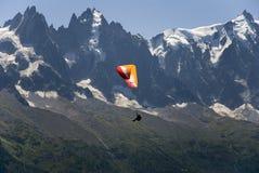 Paragliding acima do massif de Mont Blanc Fotos de Stock Royalty Free