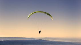 Paragliding amarillo en el cielo en colores pastel Imagen de archivo libre de regalías