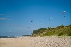 Paragliding in the beach royalty free stock photos