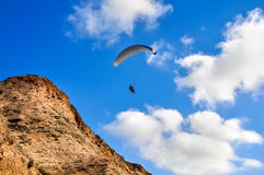 Paragliding blisko falez Fotografia Stock