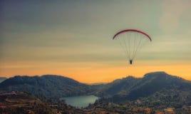 Paragliding con puesta del sol Foto de archivo