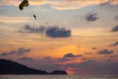 Paragliding de la puesta del sol imagenes de archivo