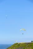 Paragliding de los turistas en el cielo imagen de archivo