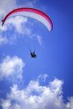 Paragliding del cielo Fotos de archivo