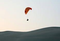 Paragliding del desierto Foto de archivo libre de regalías
