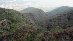 Paragliding del vuelo sobre las montañas precipitadas en Tenerife, islas Canarias almacen de video