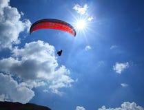 Paragliding em um dia ensolarado Fotos de Stock