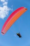 Paragliding en cielo azul con las nubes, en tándem Imágenes de archivo libres de regalías