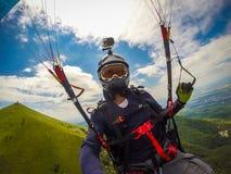 Paragliding en el Cáucaso Imágenes de archivo libres de regalías