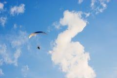 Paragliding en el cielo Imagen de archivo