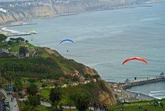 Paragliding en el embarcadero de Miraflores, Lima - Perú Foto de archivo