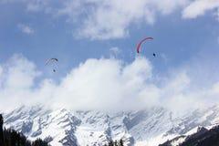 Paragliding en el valle de Solang, Manali Himachal Pradesh, (la India) foto de archivo