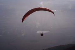 Paragliding en la puesta del sol Imágenes de archivo libres de regalías