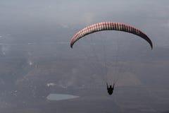 Paragliding en la puesta del sol Foto de archivo