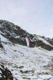 Paragliding en las montañas Fotografía de archivo