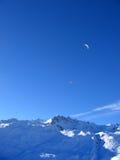 Paragliding en las montañas Foto de archivo libre de regalías