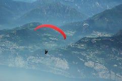 Paragliding en las montan@as imagen de archivo