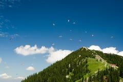 Paragliding en las montan@as Imágenes de archivo libres de regalías