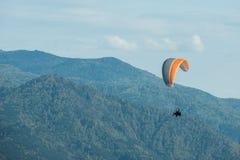 Paragliding en montañas Fotografía de archivo libre de regalías