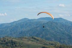 Paragliding en montañas Imágenes de archivo libres de regalías