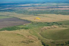 Paragliding en montañas Imagen de archivo