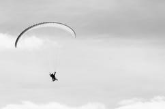 Paragliding en montañas en tiempo de primavera Espacio en blanco para un texto Cuadro blanco y negro Hombres en el lado izquierdo Foto de archivo