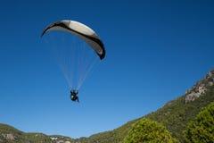 Paragliding en Oludeniz, Turquía Imágenes de archivo libres de regalías