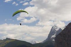 Paragliding en Suiza Imagen de archivo libre de regalías