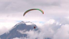 Paragliding en tándem contra área poblada en los Andes almacen de metraje de vídeo