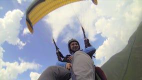 Paragliding en tándem en las montañas almacen de video