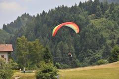 Paragliding en Trentino imagenes de archivo