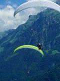 Paragliding hoppa fallskärm över berget Arkivfoton