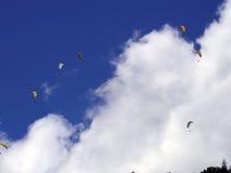 Paragliding hoppa fallskärm över berget Royaltyfria Bilder