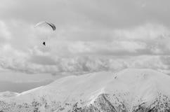 Paragliding i berg i vårtid Tomt utrymme för en text Svartvit bild Män i vänstert övrehörn Royaltyfria Foton
