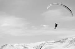 Paragliding i berg i vårtid Tomt utrymme för en text Svartvit bild Män på rätsidan royaltyfria foton