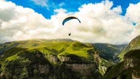 Paragliding i berg Svanetia Georgia, Europa fotografering för bildbyråer