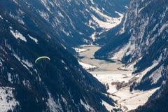 Paragliding i bergen royaltyfri bild