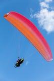 Paragliding i blå himmel med moln, tandemcykel royaltyfri fotografi
