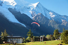 Paragliding i Chamonix Arkivfoton