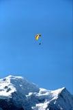 Paragliding i Chamonix, Frankrike Royaltyfri Bild