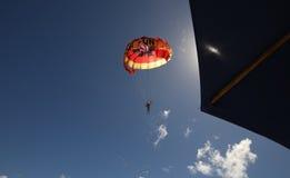 Paragliding i den Mont-Choisy stranden, nord av den Mauritius ön Royaltyfri Bild