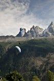 Paragliding i fjällängarna Arkivfoto