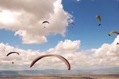 Paragliding i Makedonien royaltyfria bilder