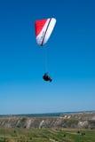 Paragliding i Moldavien Royaltyfria Bilder