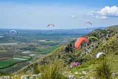 Paragliding i Norba, forntida stad av Latium på den västra kanten av Monti Lepini, Latina landskap, Lazio, Italien Royaltyfri Bild
