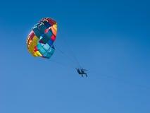 Paragliding i paradis Royaltyfri Bild