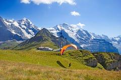 Paragliding i schweiziska fjällängar Royaltyfri Foto