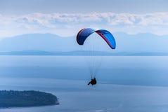 Paragliding i tandemcykel med instruktören över skogshönsberget Royaltyfria Foton