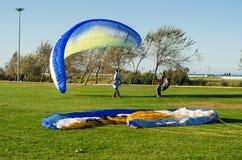 Paragliding kursowe lekcje dla nowych beginners na parku Fotografia Stock